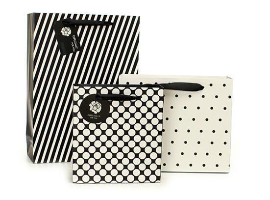 黑白时尚化妆品白卡纸袋定制
